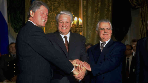 US President Clinton, Russian President Yeltsin and Ukrainian President Kravchuk after signing the Trilateral Statement in Moscow in January 1994 that became the basis for the Budapest Memorandum