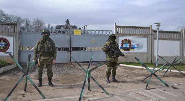 Bewaffnete ohne Abzeichen blockieren den ukrainischen Militärstützpunkt in Perewalne am 9. März 2014 / Foto © Anton Holoborodko / Wikimedia Commons