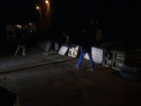 Pro-Russian activists building barricades in Stakhanov. Photo by Yulia Pruss.