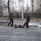 Wolodymyr wird nach den Schüssen aus der Gefahrenzone der Scharfschützen geschleift (Instytutska Straße, Kyiw)