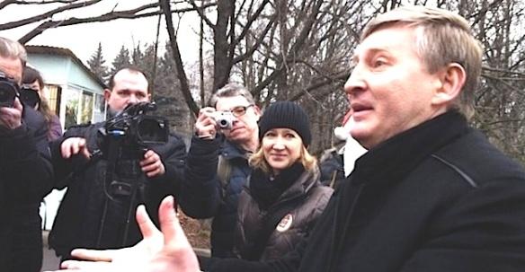 Rinat Achmetow mit Journalisten. Foto: novosti.dn.ua