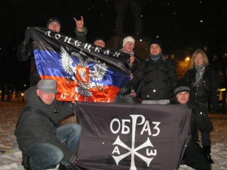 """Vertreter von """"Russisches Bild"""" zusammen mit Donezker Separatisten in Donezk, 2012"""